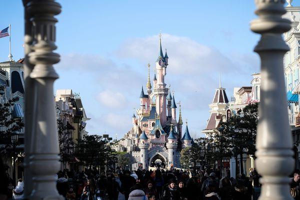 "Disneyland Paris sera fermé jusqu'à fin mars ""par principe de précaution""."