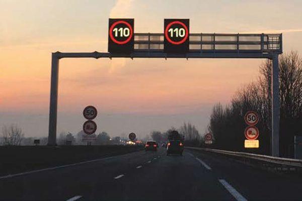 Les panneaux lumineux de régulation de la vitesse sur l'A25