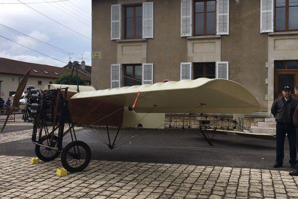 Un avion Blériot IX exposé place du village