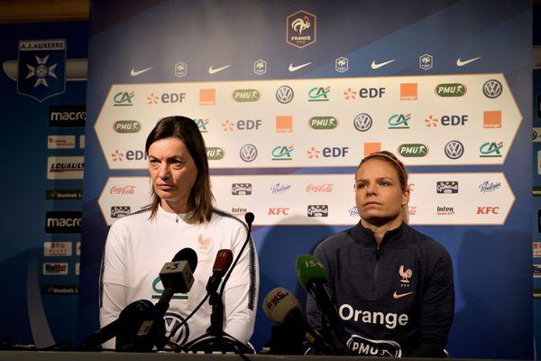 Corinne Diacre la sélectionneuse de l'Equipe de France, et Eugénie Le Sommer avant FRANCE - JAPON en 2019