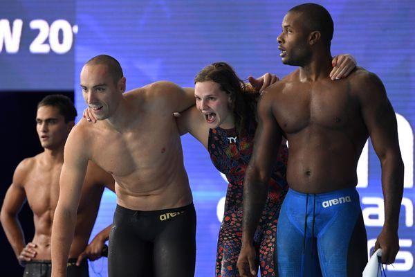 Jérémy Stravius, Mehdy Metella et Marie Wattel après leur victoire en 4x100m nage libre mixte aux Championnats européens de Glasgow, le 8 août 2018.