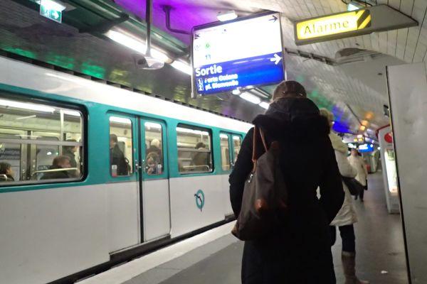 """Le """"frotteur"""" qui avait agressé plusieurs adolescentes dans le métro parisien a été condamné à 1 an de prison ferme."""