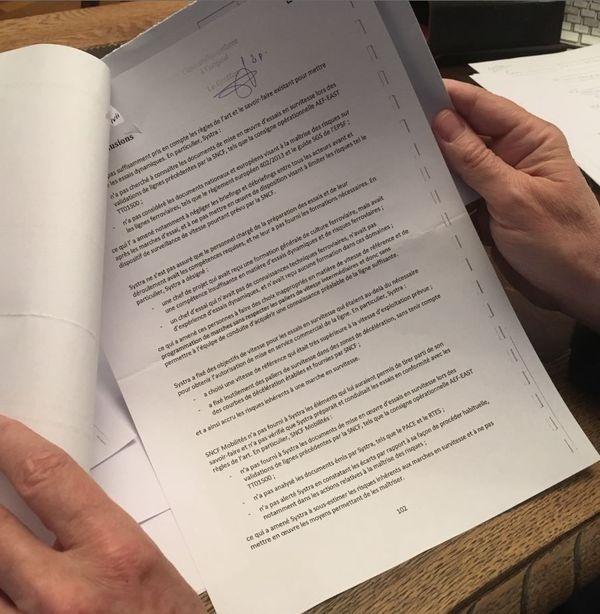La conclusion du rapport dans les mains de l'avocat strasbourgeois Me Claude Lienhard, qui représente une famille de victimes de l'accident.
