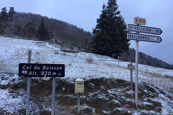De la neige ce mardi matin, 2 décembre, au col du Buisson ... à 920 mètres d'altitude.