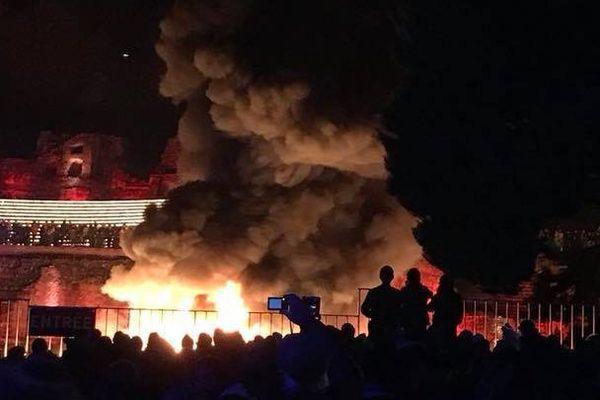 Les flammes provoquées par l'embrasement des lumignons de la Fête des Lumières au sein du théâtre antique de Fourvière