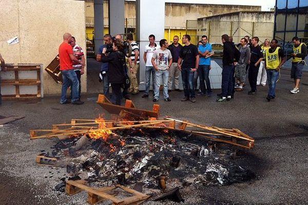 En juillet 2013, les surveillants de la prison de Val-de-Reuil étaient en grève après l'agression de quatre personnes par un détenu.