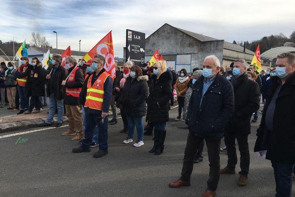 700 personnes se sont rassemblées devant l'entreprise SAM de Viviez (Aveyron) afin d'apporter leur soutien aux salariés de cette entreprise placée en redressement judiciaire depuis décembre 2019 et toujours sans repreneur.