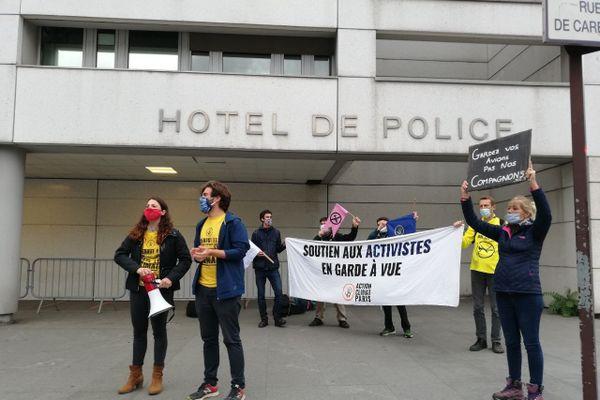 Un comité de soutien devant le commissariat de Bobigny en Seine-Saint-Denis où 125 manifestants sont en garde à vue.