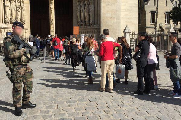 Des fidèles et des touristes devant la cathédrale Notre-Dame de Paris, avant la messe d'hommage aux victimes de l'attentat de Barcelone, le 20 août 2017.