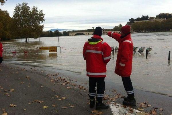 Les pompiers surveillent la crue du Rhône à Avignon.