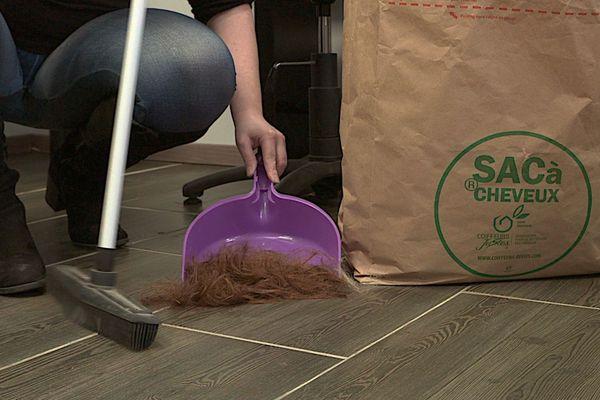 Les coiffeurs justes récupère les cheveux de leur client pour dépolluer les mers