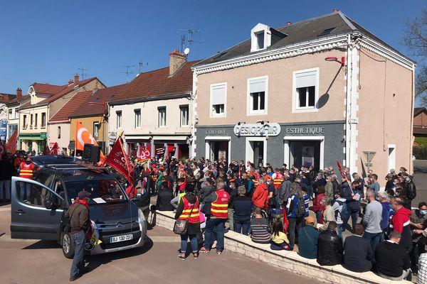 Plusieurs centaines de manifestants, salariés d'Aperam et habitants de la commune dans les rues de Gueugnon ce 22 avril.