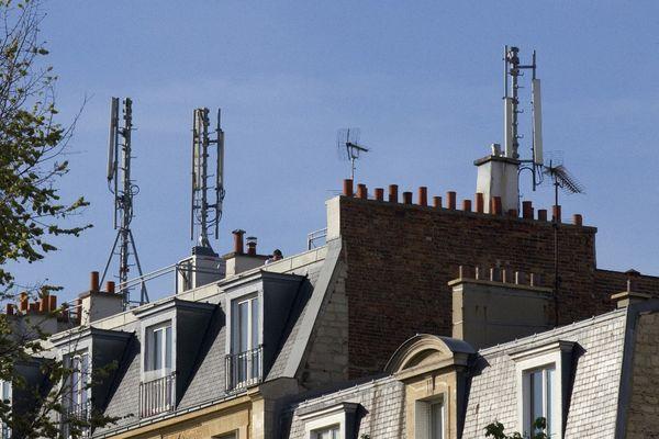 Des antennes de télécommunication installées sur un toit de Paris. (Illustration)