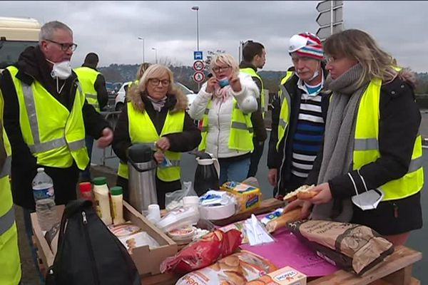Ambiance conviviale au moment du repas pour les gilets jaunes du rond-point de la Motte à Rouen (Seine-Maritime).