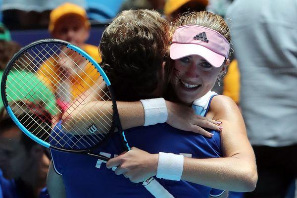 Kristina Mladenovic dans les bras du capitaine de l'équipe de France de Fed Cup Julien Benneteau.