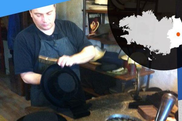 Sébastien maîtrise l'art du chapeau