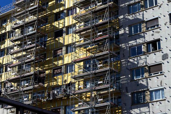 Montrouge, France. 23 Fevrier 2019 Chantier pour l isolation thermique de la facade d'un immeuble.