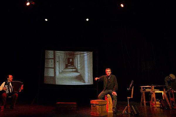 Spectacle Jazz à 3 doigts - Texte et mise en scène : Luca Franceschi. Musique sur scène : Bernard Ariu. Vidéo sur scène : Renaud Dupré