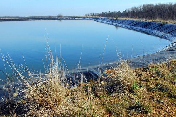 Stocker l'eau en hiver pour faire face aux besoins en été : c'est l'objectif des bassines.