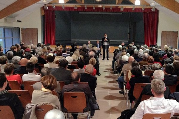 Luc Chatel, l'ancien ministre de l'Education pro-Copé, est venu faire le point avec des militants de Côte d'Or vendredi 12 avril 2013.