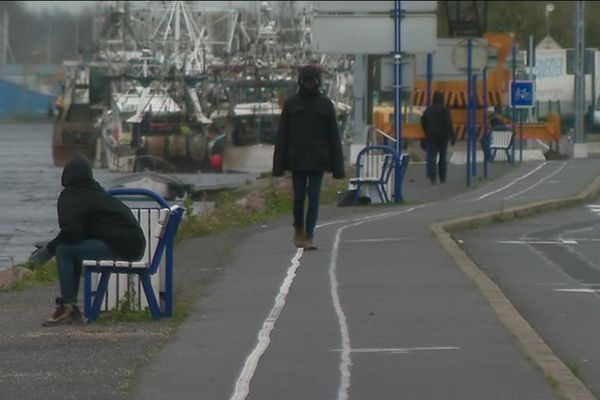Combien sont-ils à errer dans Ouistreham, avec l'espoir de se hisser à bord d'un ferry ? Selon les sources, il seraient quelques dizaines, peut-être entre cent et deux cent.