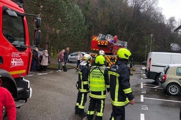Les pompiers ont dû intervenir suite à la tentative d'assassinat par incendie.
