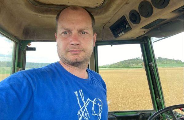 Sébastien Riottot, président de la FDSEA 52, au milieu de ses champs à Latrecey.