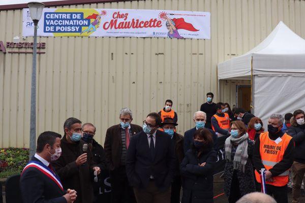 """Inauguration du centre de vaccination """"Chez Mauricette"""" de Poissy, dans les Yvelines. Capture d'écran twitter @Karl Olive"""