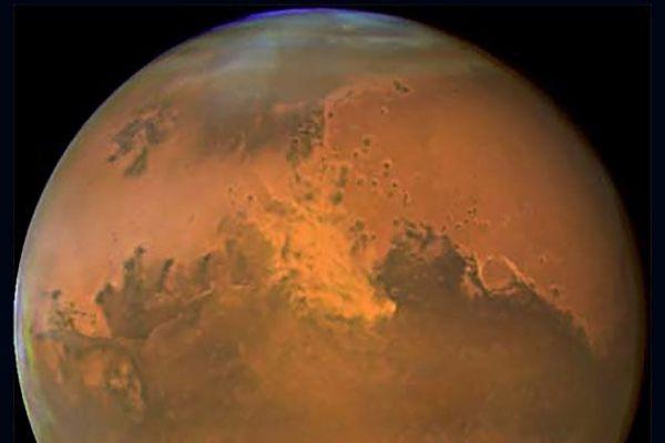 La planète Mars est environ dix fois moins grosse que la Terre, amis dix fois plus que la Lune.