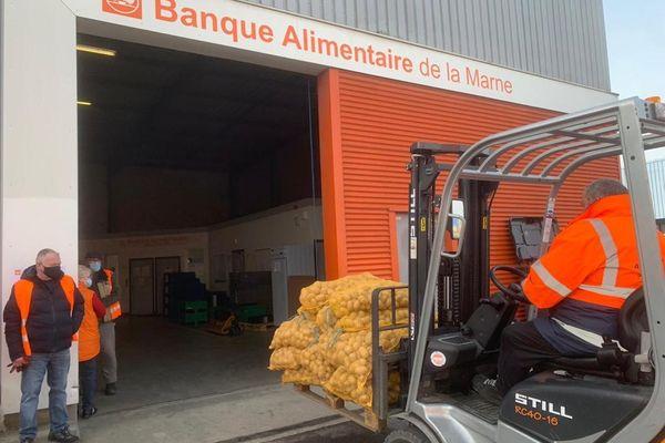 """L'association """"Les agriculteurs ont du coeur"""" a déjà réalisé quelques opérations et notamment le don de pommes de terre pour la Banque Alimentaire de la Marne."""