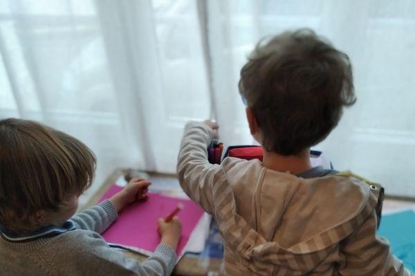 Au Havre, Camille et Soren, 5 ans, ont écrit quatre lettres à leurs camarade d'école depuis le début du confinement.