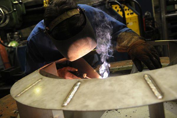 Photo d'illustration, un usineur fabrique une pièce industrielle