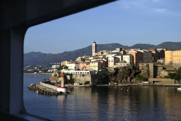 Bastia est située en Haute-Corse. Avec ses 44 000 habitants, elle est la deuxième commune la plus peuplée de Corse, après Ajaccio.