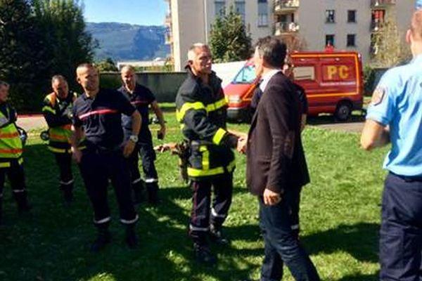 Le maire de Grenoble, Eric Piolle s'est rendu à la gendarmerie de Grenoble après l'incendie criminel de la nuit dernière.