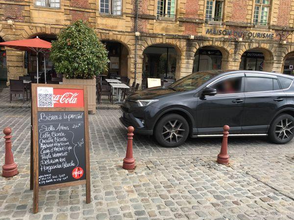 Pendant dix mois sur douze les automobilistes passent à quelques mètres des terrasses de la place Ducale, avec une pause durant l'été.