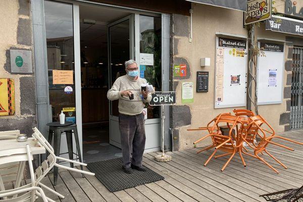 Un client du Bistrot d'Ici invité à boire dehors son café à emporter, une scène du quotidien depuis plus de 6 mois.