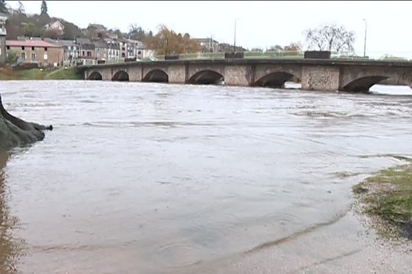 A Aixe-sur-Vienne, le fleuve monte mais n'a pas encore submergé le pont