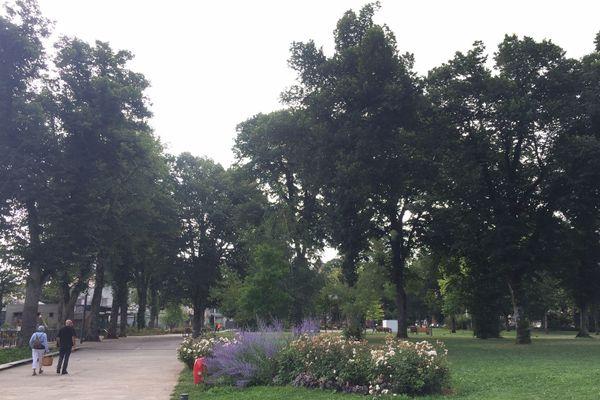 Mercredi matin, les traces de la fête avait été nettoyées et le jardin avait retrouvé sa tranquillité.