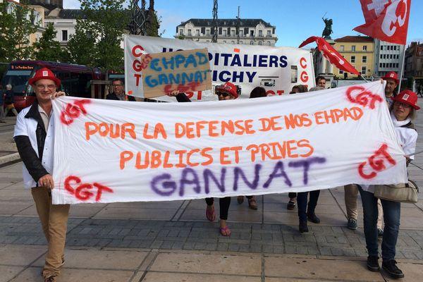 Des salariés d'EHPAD (établissements d'hébergement pour personnes âgées dépendantes) du Puy-de-Dôme, manifestaient mercredi 13 septembre, place de Jaude, à Clermont-Ferrand.