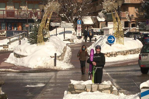 A pied ou en voiture..les skieurs doivent s'organiser autrement depuis que les navettes de bus sont à l'arrêt à Méribel
