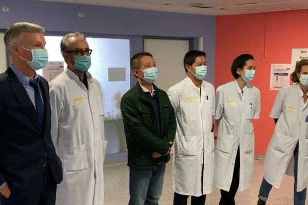 Laurent Chu (au centre) entouré des soignants qui l'ont pris en charge à l'hôpital Pellegrin