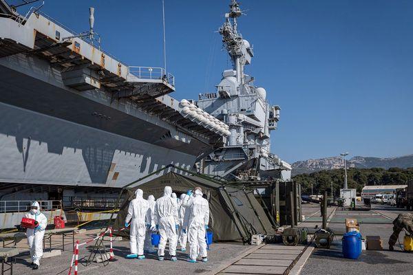 Une équipe se met en place pour désinfecter le matériel du porte-avions Charles-de-Gaulle dans le port de Toulon.