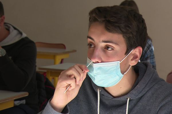 """Les autotests sont en cours de déploiement, et d'utilisation, dans les lycées de la région Auvergne-Rhône-Alpes comme ici au lycée Condorcet, jeudi 20 mai. """"Le virus circule encore"""" reconnaît le recteur de l'Académie."""