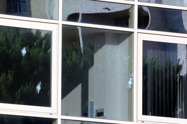 Les impacts sur les vitres du bâtiment, ce jeudi 12 juin au matin.