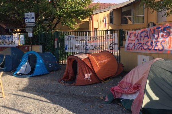 Depuis mardi, les grilles du collège Armand Latour à Aspet sont cadenassées. Un collectif d'enseignants et de parents d'élèves bloque l'établissement pour demander la création d'une troisième classe de sixième.