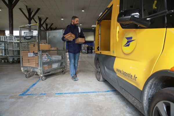 En Bretagne, la Poste prévoit de traiter 100 000 à 120 000 colis chaque jours jusqu'à Noël.