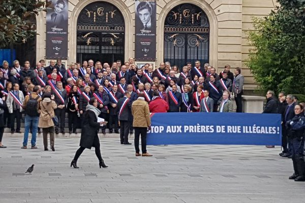Une centaine d'élus tentent d'empêcher une prière de rue à Clichy, le 10 novembre 2017.