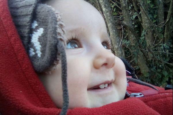 Elwen, un an et demi, a pu bénéficier d'un traitement de thérapie génique. Le petit garçon, atteint d'amyotrophie spinale de type 1, retrouve peu à peu de la tonicité et de la motricité, pour le plus grand bonheur de ses parents.