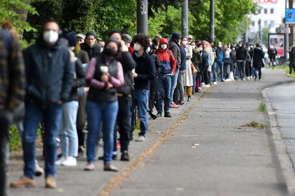 File d'attente devant un centre de vaccination, à Cologne, le 8 mai. Partout où la vaccination s'élargit à toutes les personnes majeures, d'énormes files d'attente se forment