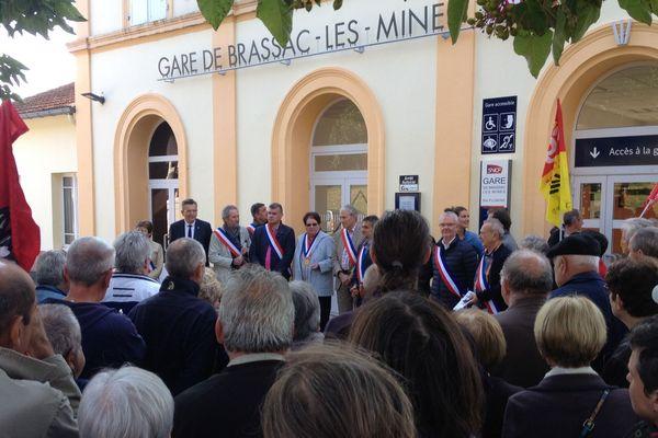 La gare de Brassac-les-Mines devrait fermer le 1er novembre. Elus et Habitants se sont rassemblés pour protester contre cette fermeture.